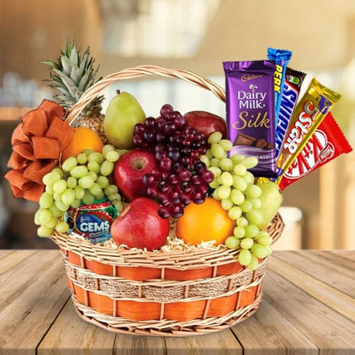 Mouth-Watering Gift Hamper of Assorted Chocolates n Fresh Fruits